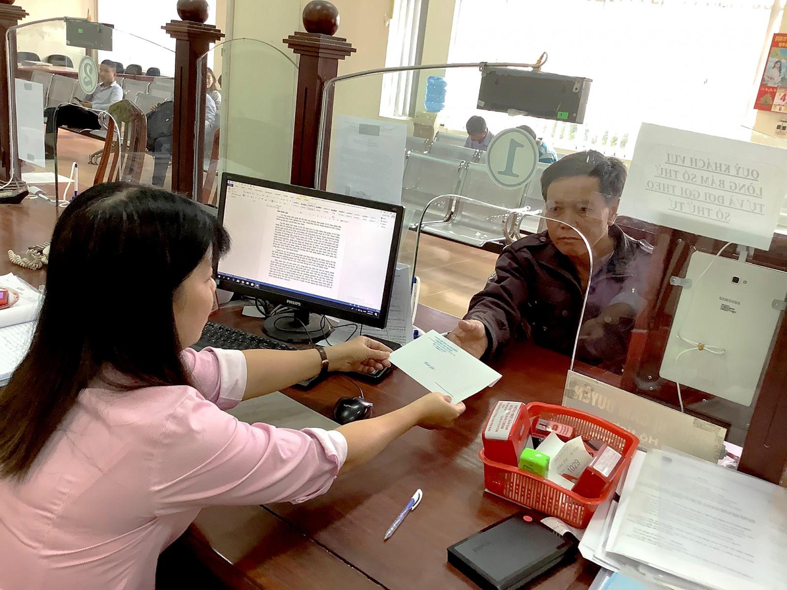 Công chức Phòng Tư pháp quận Ninh Kiều giải quyết TTHC cho ông Phan Văn Tâm ở xã Tân Bình, huyện Phụng Hiệp, tỉnh Hậu Giang, ngay trong buổi sáng.