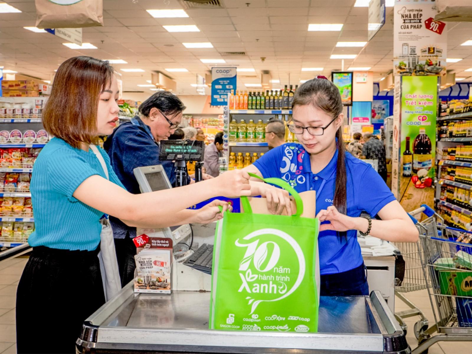 Saigon Co.op là một trong những đơn vị tiên phong trong thực hiện giảm thiểu sản phẩm nhựa một lần, tăng sử dụng sản phẩm thân thiện môi trường. Ảnh: CTV