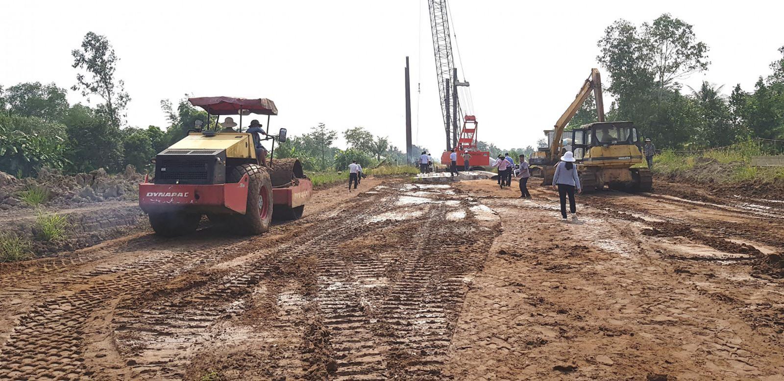 Nhà thầu đang thi công đường tỉnh 922.