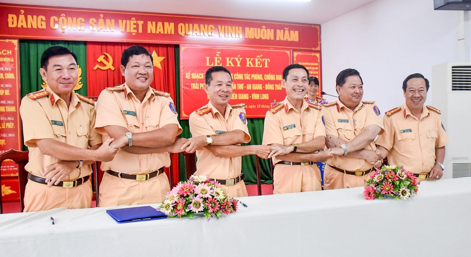 Lãnh đạo Phòng CSGT các tỉnh, thành phố giáp ranh ký kết trong công tác phối hợp phòng, chống đua xe trái phép.