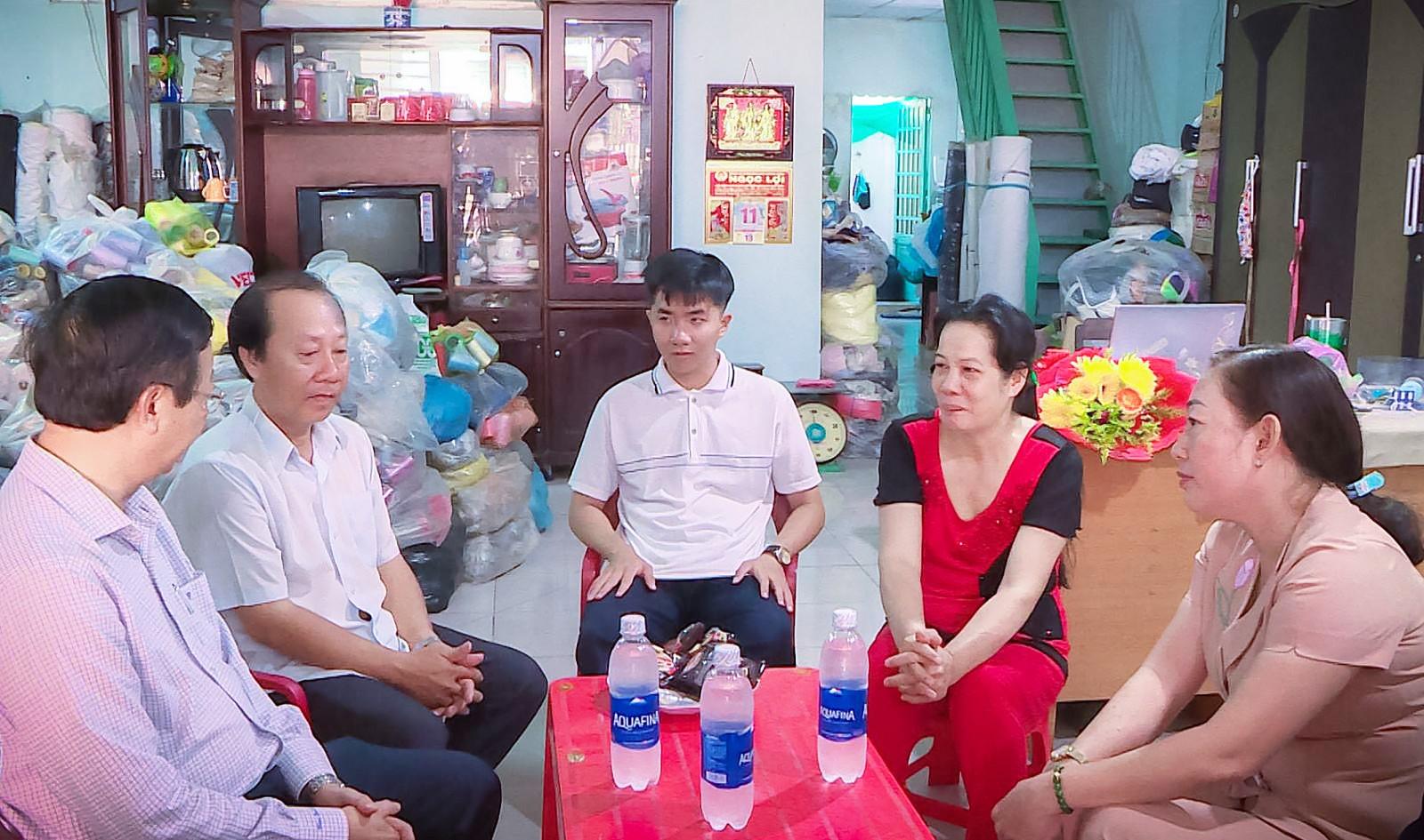 """Lãnh đạo quận Bình Thủy đến thăm và động viên Nguyễn Bá Vinh trước ngày """"ứng thí""""."""