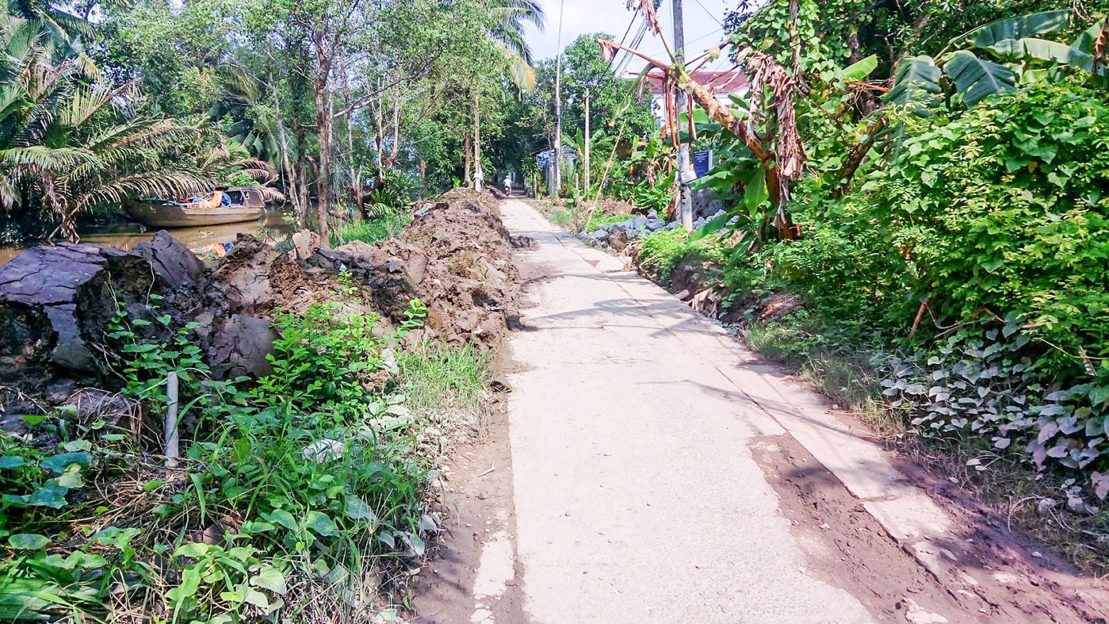 Quận Bình Thủy tăng cường tôn cao đê bao, sửa chữa và nâng cấp mặt đường thường xuyên bị ngập sâu do triều cường.