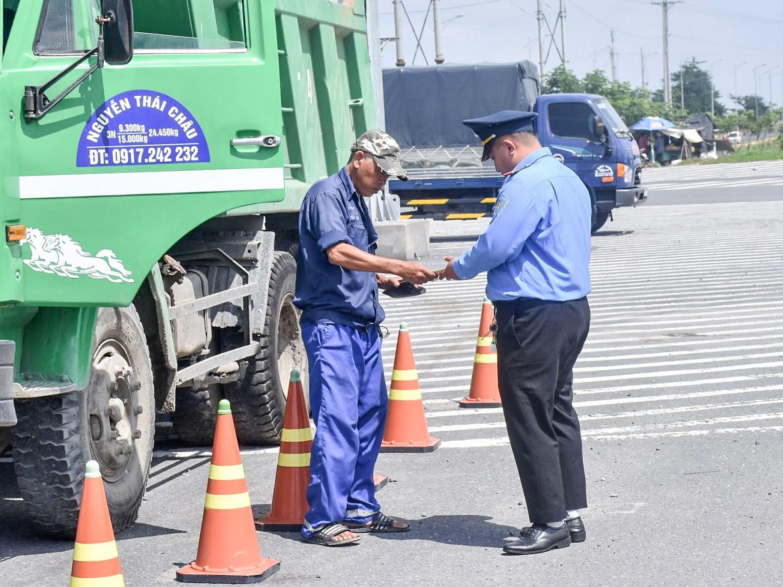 Thanh tra Sở GTVT TP Cần Thơ kiểm soát tải trọng xe đối với phương tiện xe ô tô tải lưu thông trên tuyến quốc lộ Nam sông Hậu.