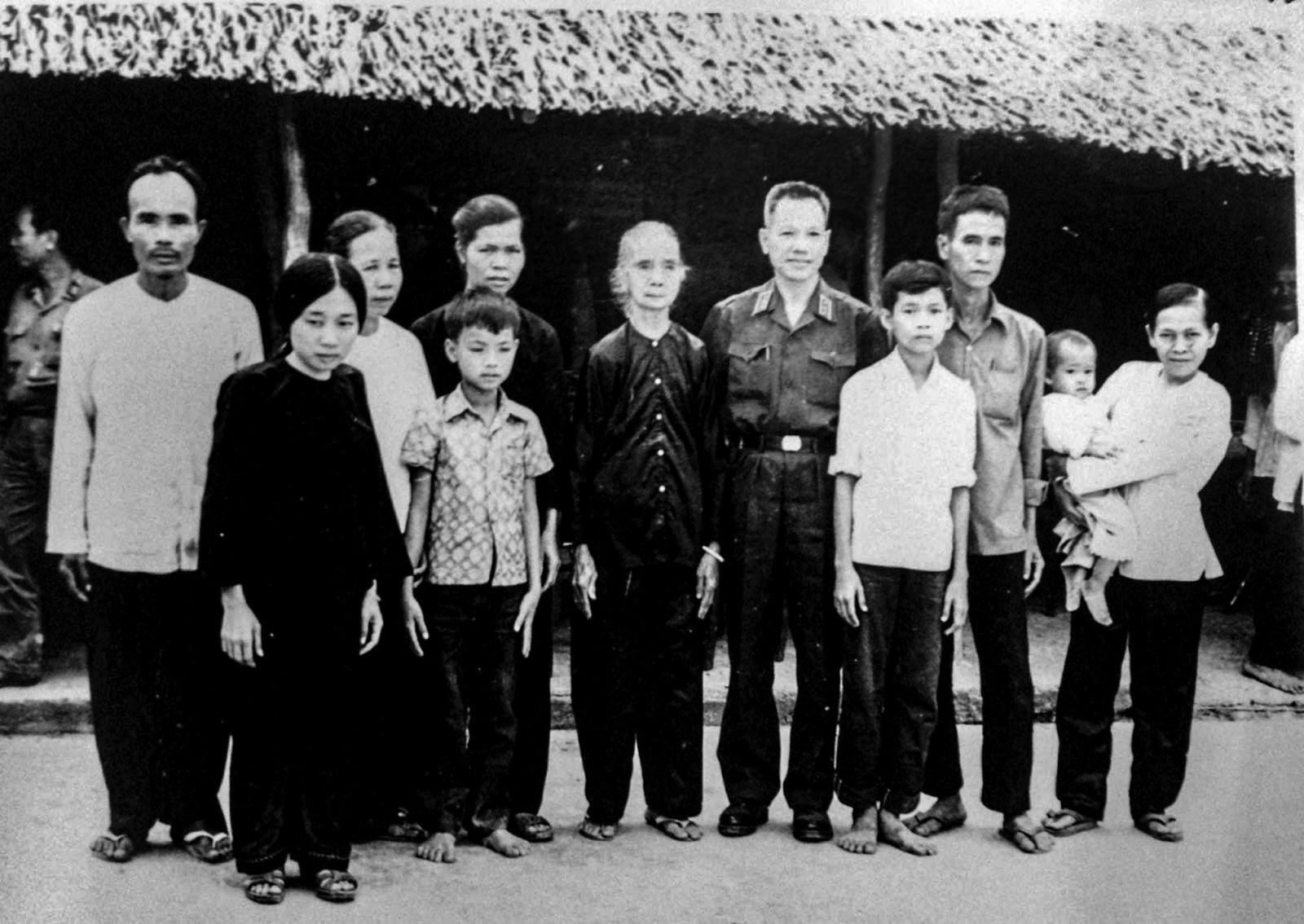 Thượng tướng Trần Văn Trà về thăm lại chiến khu Đồng Tháp Mười.