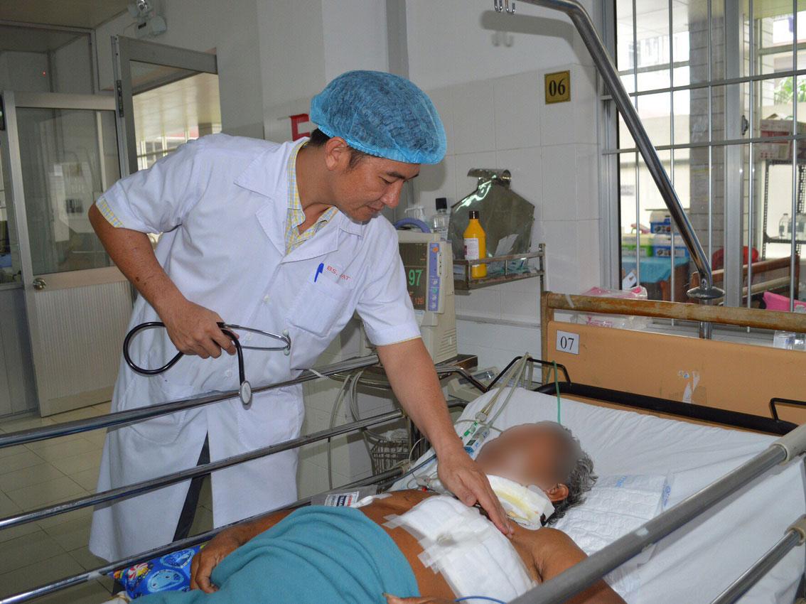 Bác sĩ thăm khám cho bệnh nhân.