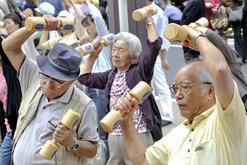 Người già Nhật Bản tập dưỡng sinh. Ảnh: AFP