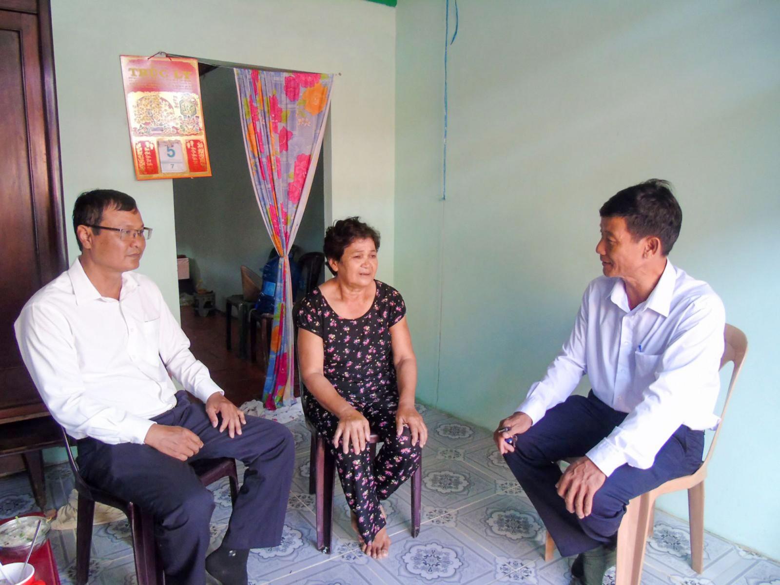 Cán bộ quận Ô Môn (bên trái) và phường Châu Văn Liêm (bên phải) thăm hỏi đời sống bà con dân tộc thiểu số.