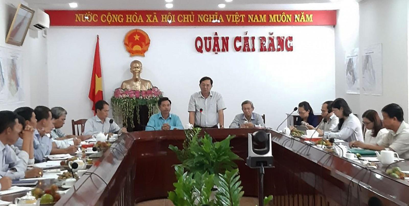 Đoàn kiểm tra công tác cải cách hành chính làm việc tại UBND quận Cái Răng.