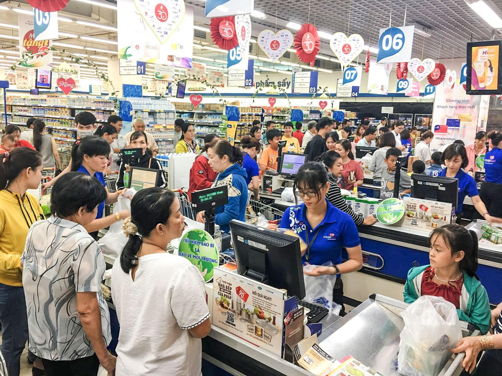 Khách hàng mua sắm tại Siêu thị Co.opmart Cần Thơ.