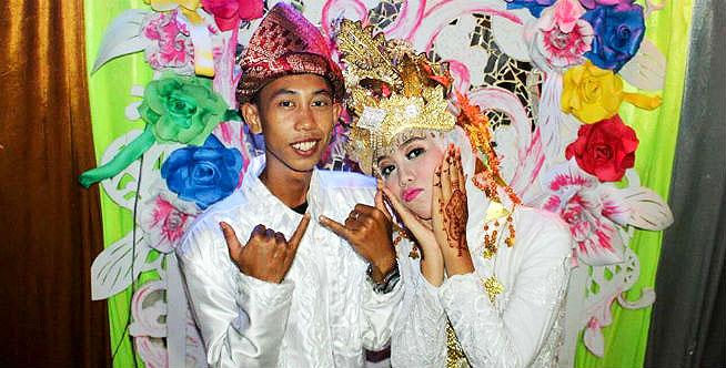 """Chú rể 15 tuổi và cô dâu 14 tuổi từng """"gây bão"""" ở Indonesia. Ảnh: coconuts"""