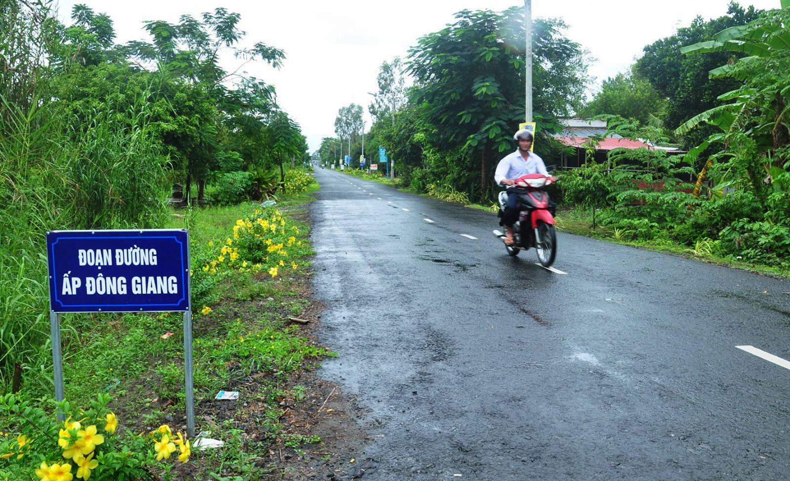 Một đoạn tuyến hương lộ Thới Lai - Đông Bình được các cơ quan, đơn vị làm đẹp, thông thoáng, bảo đảm an toàn cho người tham gia giao thông.