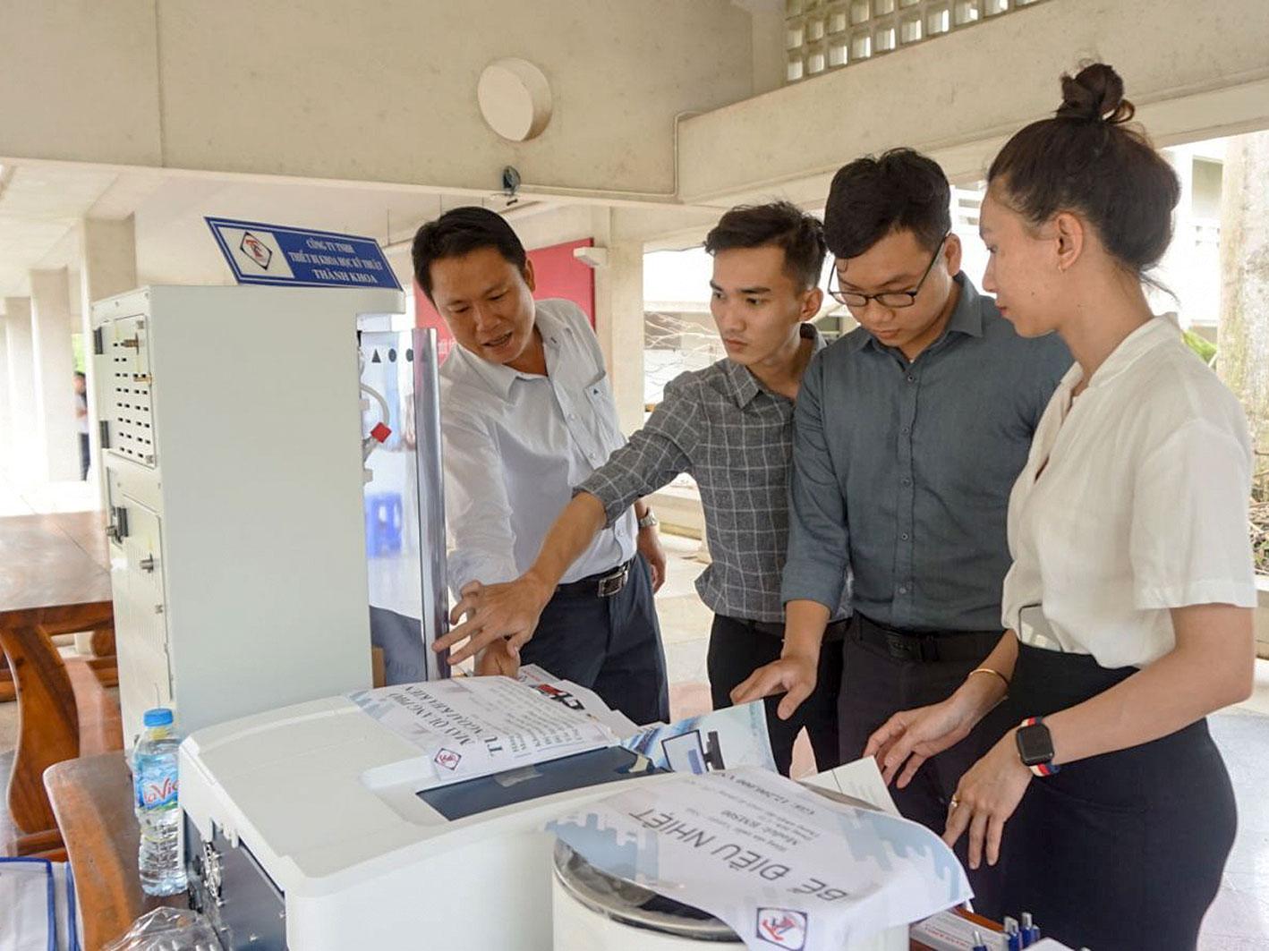 Doanh nghiệp Việt trưng bày, giới thiệu về các sản phẩm, công nghệ ứng dụng trong chăn nuôi và bảo vệ môi trường tại Hội nghị.