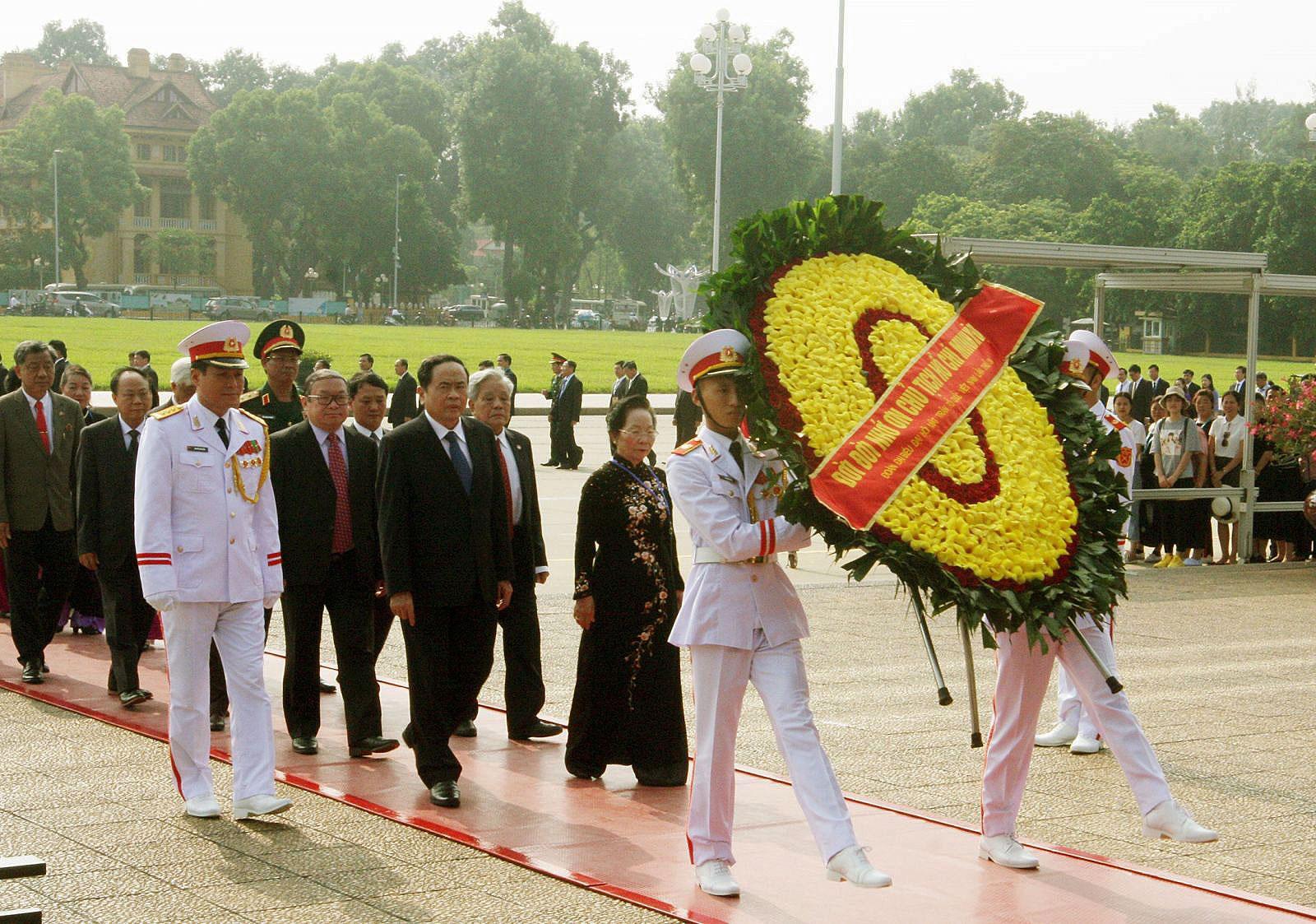 Đại biểu dự Đại hội vào Lăng viếng Chủ tịch Hồ Chí Minh. Ảnh: NGUYỄN DÂN - TTXVN