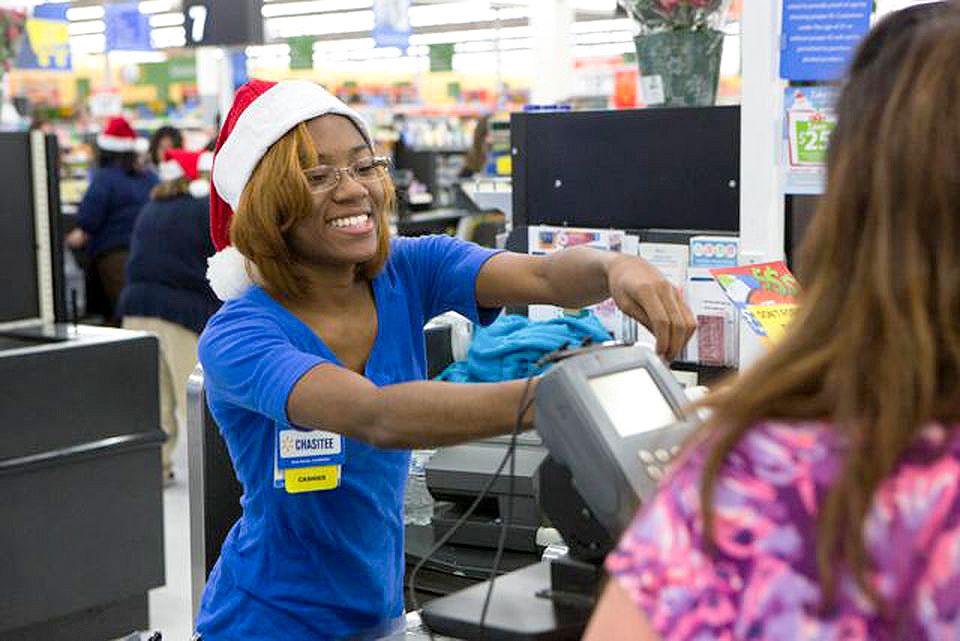 Nữ nhân viên làm việc tại một cửa hàng của Walmart.
