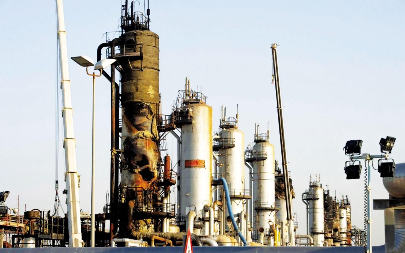 Nhà máy lọc dầu Abqaiq lớn nhất thế giới của Saudi Arabia bị hư hại sau vụ tấn công hôm 14-9. Ảnh: The Telegraph