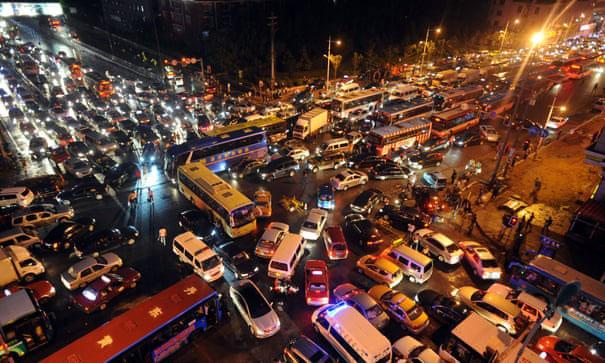 Giao thông đường bộ là một trong những nguồn ô nhiễm tiếng ồn lớn nhất ở đô thị. Ảnh: Guardian