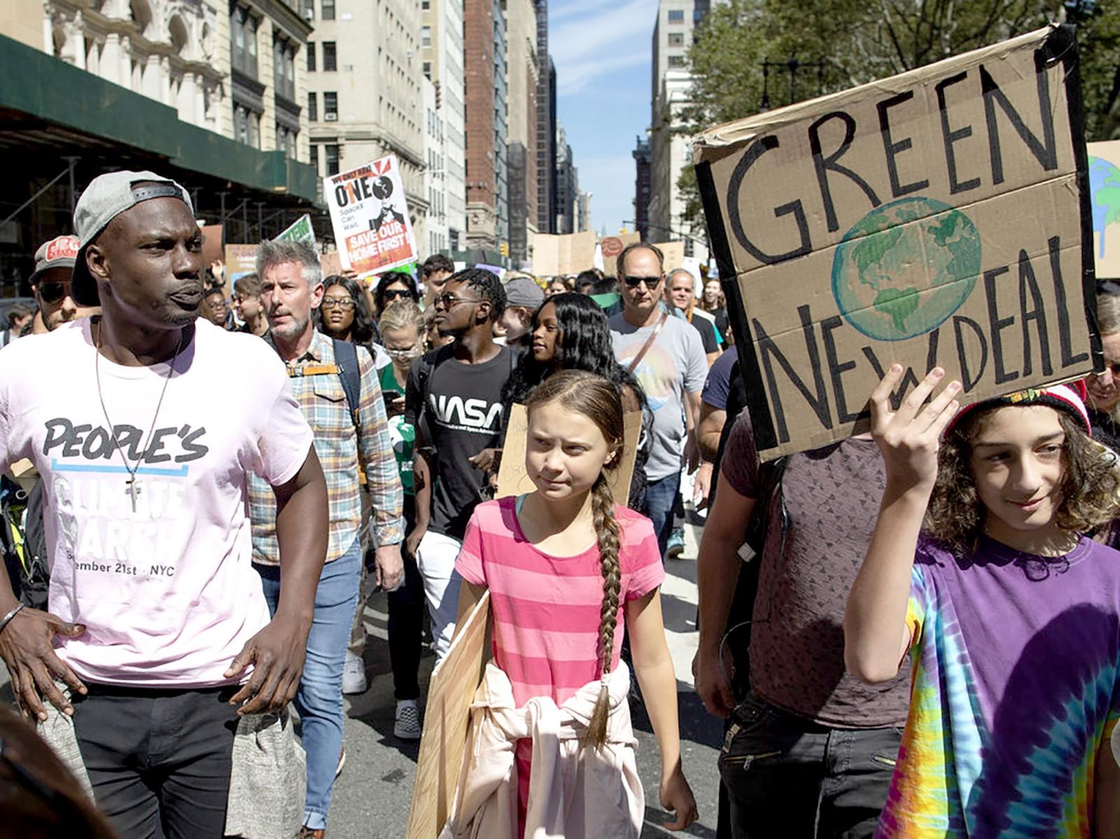 Tuần hành kêu gọi thế giới nỗ lực chống biến đổi khí hậu diễn ra tại New York hôm 20-9. Ảnh: AP