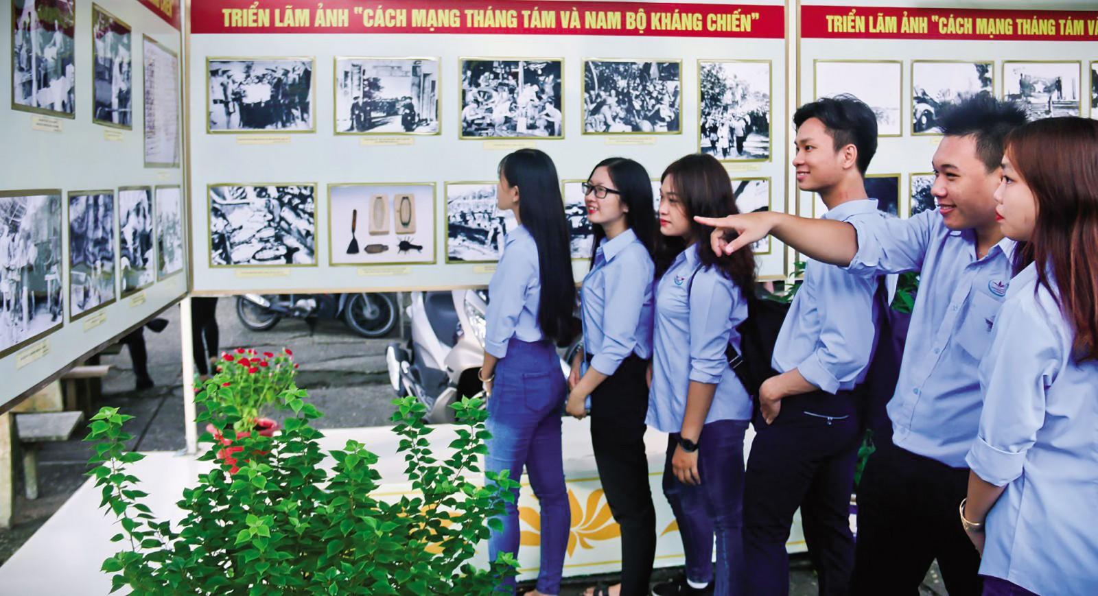 Tuổi trẻ tham quan một buổi triển lãm về Cách mạng Tháng Tám và sự kiện Nam bộ kháng chiến tại Cần Thơ.