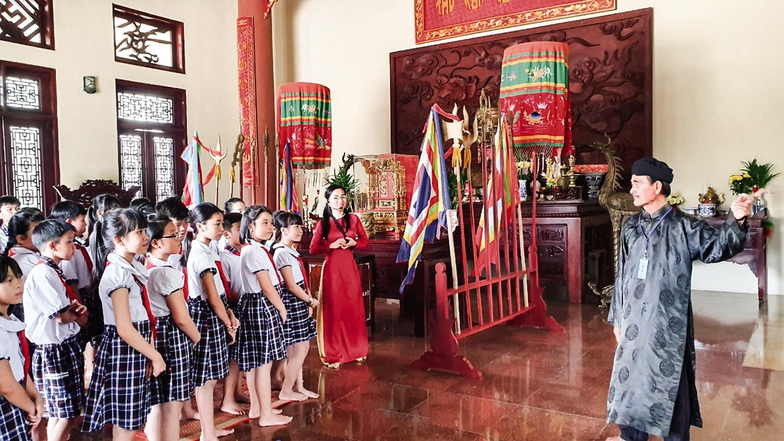 Học sinh Trường Tiểu học An Thới 2 tham quan Khu tưởng niệm Thủ khoa Bùi Hữu Nghĩa.
