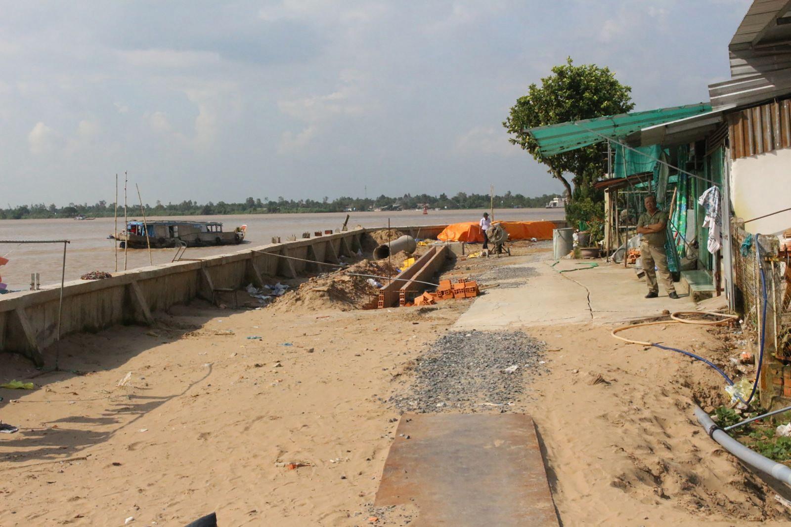 Công trình xây dựng kè sông Ô Môn (khu vực Thới Lợi, phường Thới An) chuẩn bị hoàn thành, góp phần phát triển, tạo cảnh quan đô thị sông nước trên địa bàn quận Ô Môn.