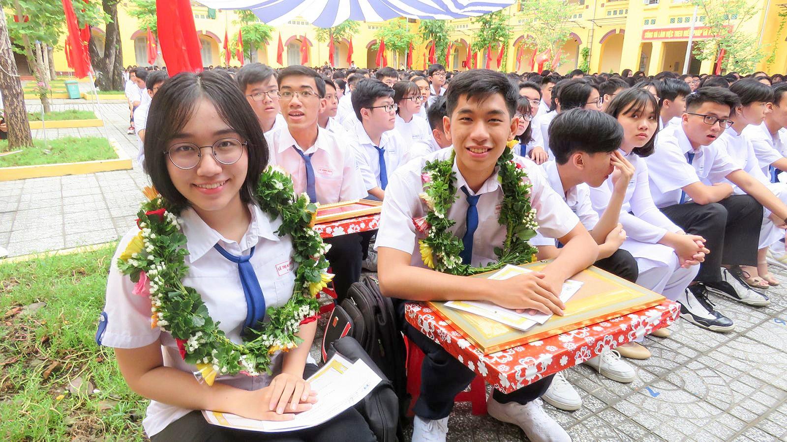 Trần Gia Bảo (bên phải, hàng đầu) trong dịp vinh danh đạt thành tích thủ khoa vào Đại học Cần Thơ tại lễ khai giảng năm học mới Trường THPT Châu Văn Liêm.