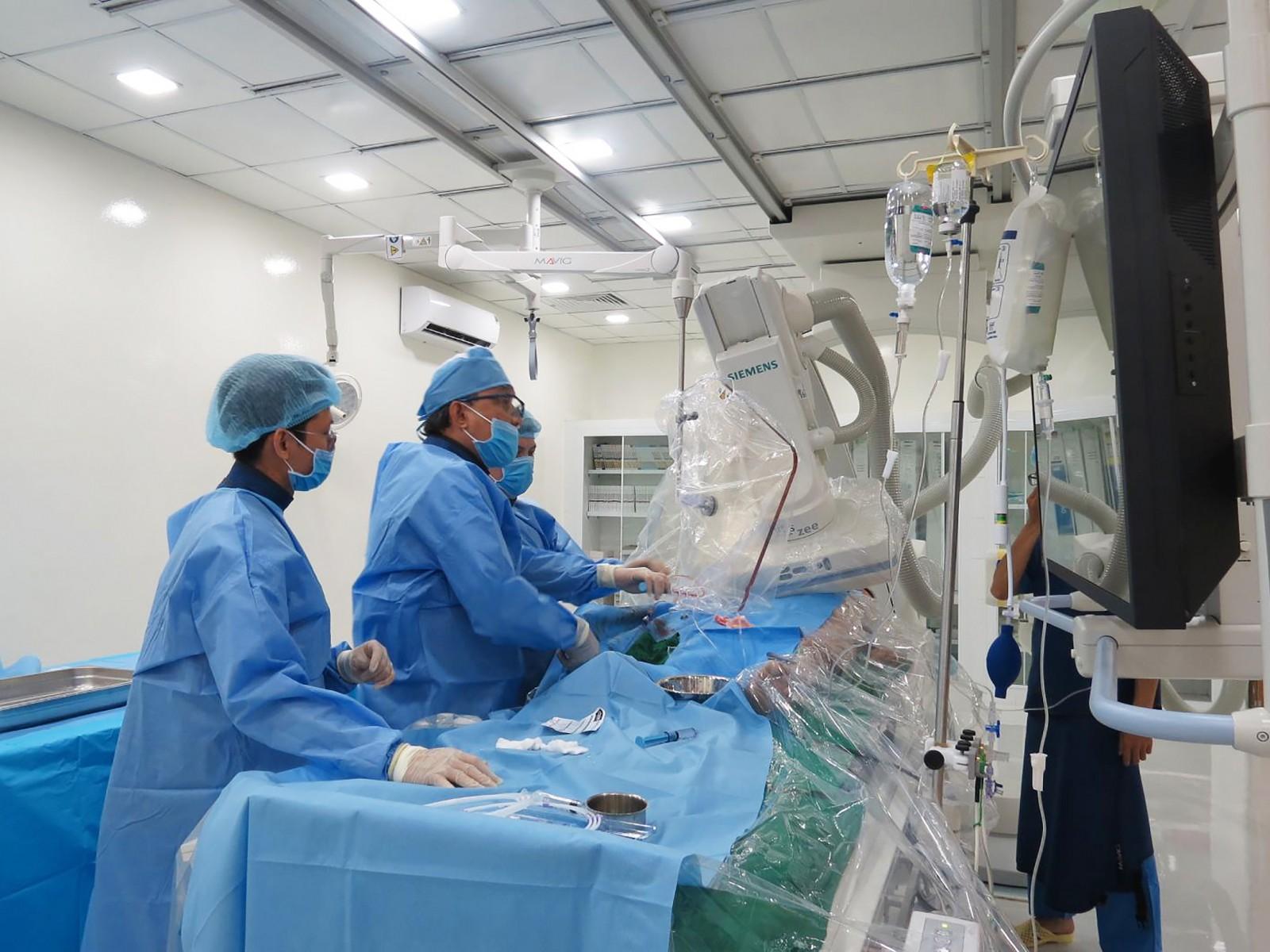 Các bác sĩ can thiệp tim mạch cho bệnh nhân.