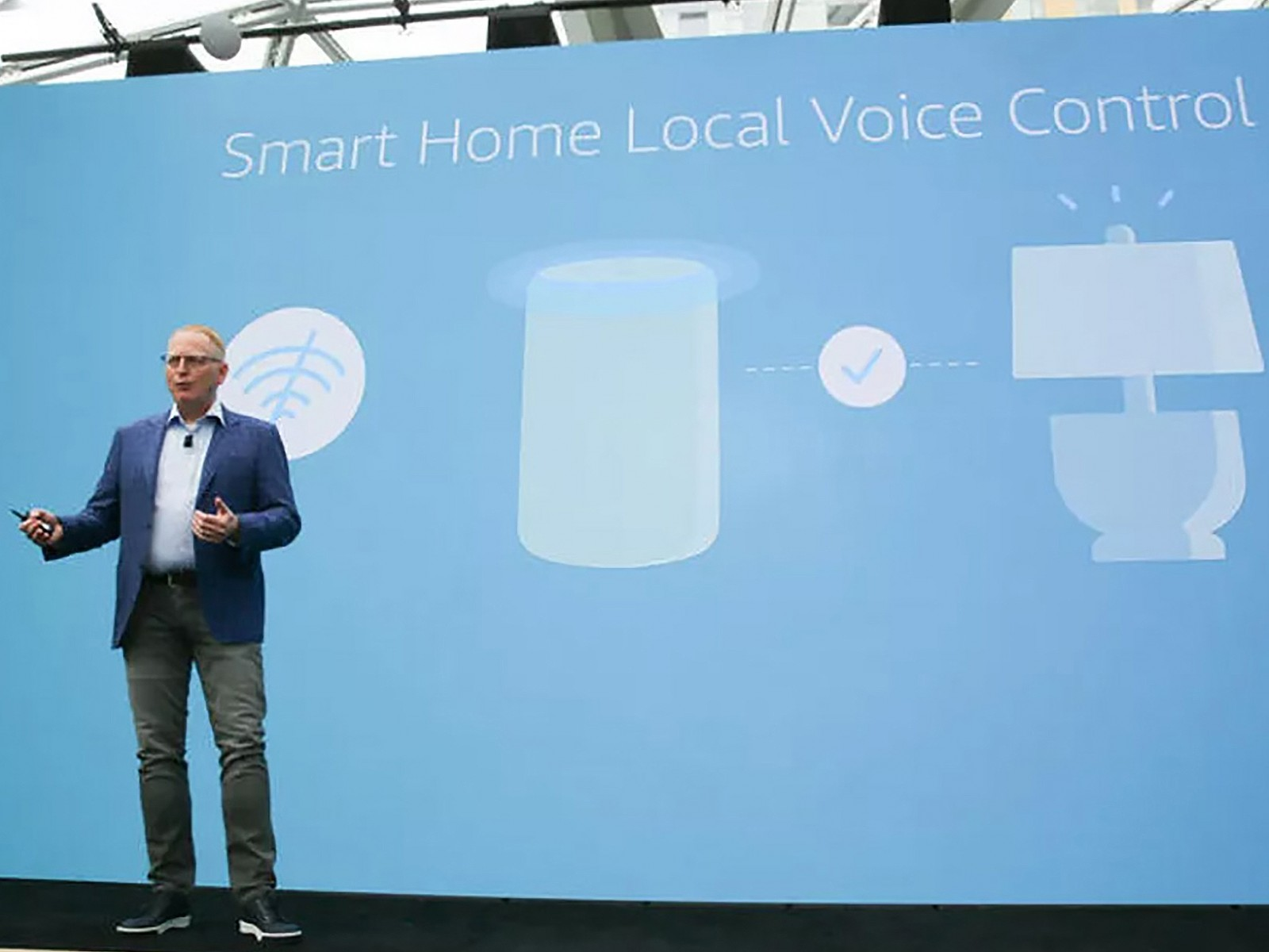 David Limp, giám đốc phần cứng của Amazon, tại sự kiện Alexa năm ngoái ở Seattle.