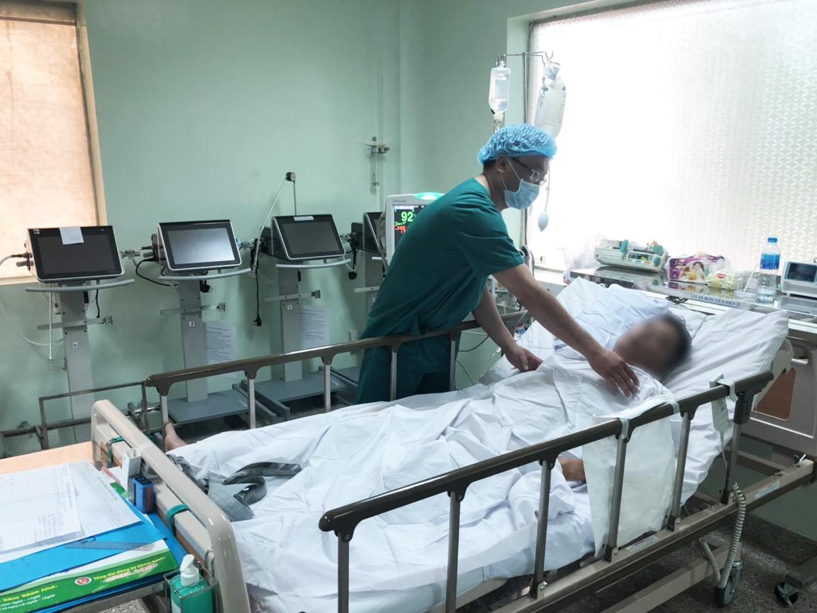 Các thầy thuốc đang theo dõi điều trị bệnh nhân.