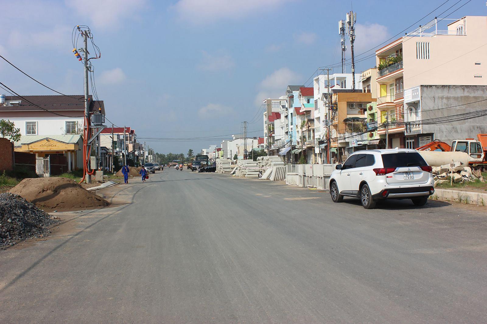 Công trình đường nối Cách Mạng Tháng Tám đến đường tỉnh 918 - đoạn từ đầu tuyến đến nút giao Võ Văn Kiệt (dài 1,82km) đã hoàn thành được 20% khối lượng, đoạn từ nút giao Võ Văn Kiệt đến cuối tuyến (dài khoảng 3,5km) đã hoàn thành 11% khối lượng. Trong ảnh: Đoạn 620m đầu tuyến đã thảm nhựa một bên tuyến.