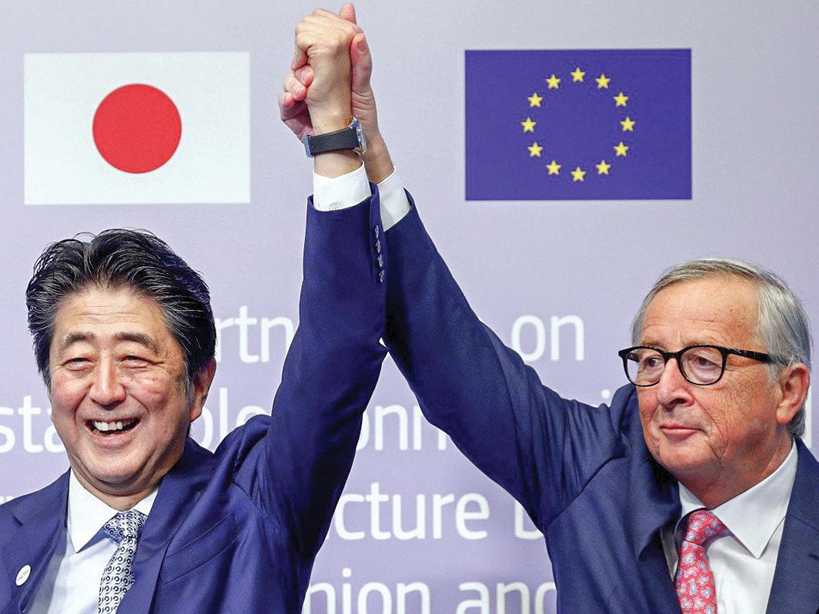 Thủ tướng Nhật Bản Shinzo Abe (trái) và Chủ tịch EC Jean-Claude Juncker tại Diễn đàn kết nối Âu-Á ngày 27-9. Ảnh: Reuters