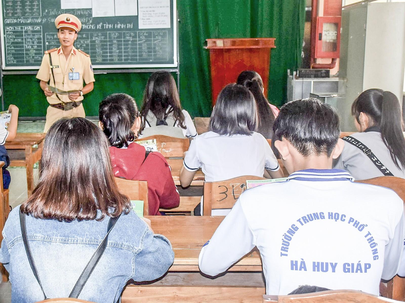CSGT Công an huyện Cờ Đỏ tuyên truyền trong trường học trên địa bàn huyện.
