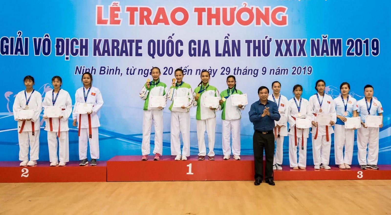 Nhóm võ sĩ của Cần Thơ đoạt HCV đối kháng đồng đội nữ.