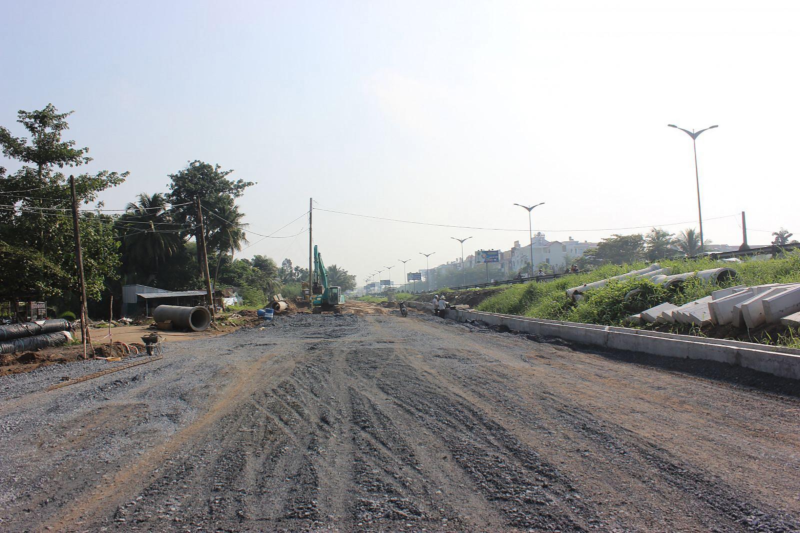 Công trình xây dựng đường Trần Hoàng Na đường song hành tới nút giao IC3 đến nay tiến độ đã đạt khoảng 44%, dự kiến đến cuối năm 2019 hoàn thành khoảng 78% khối lượng.