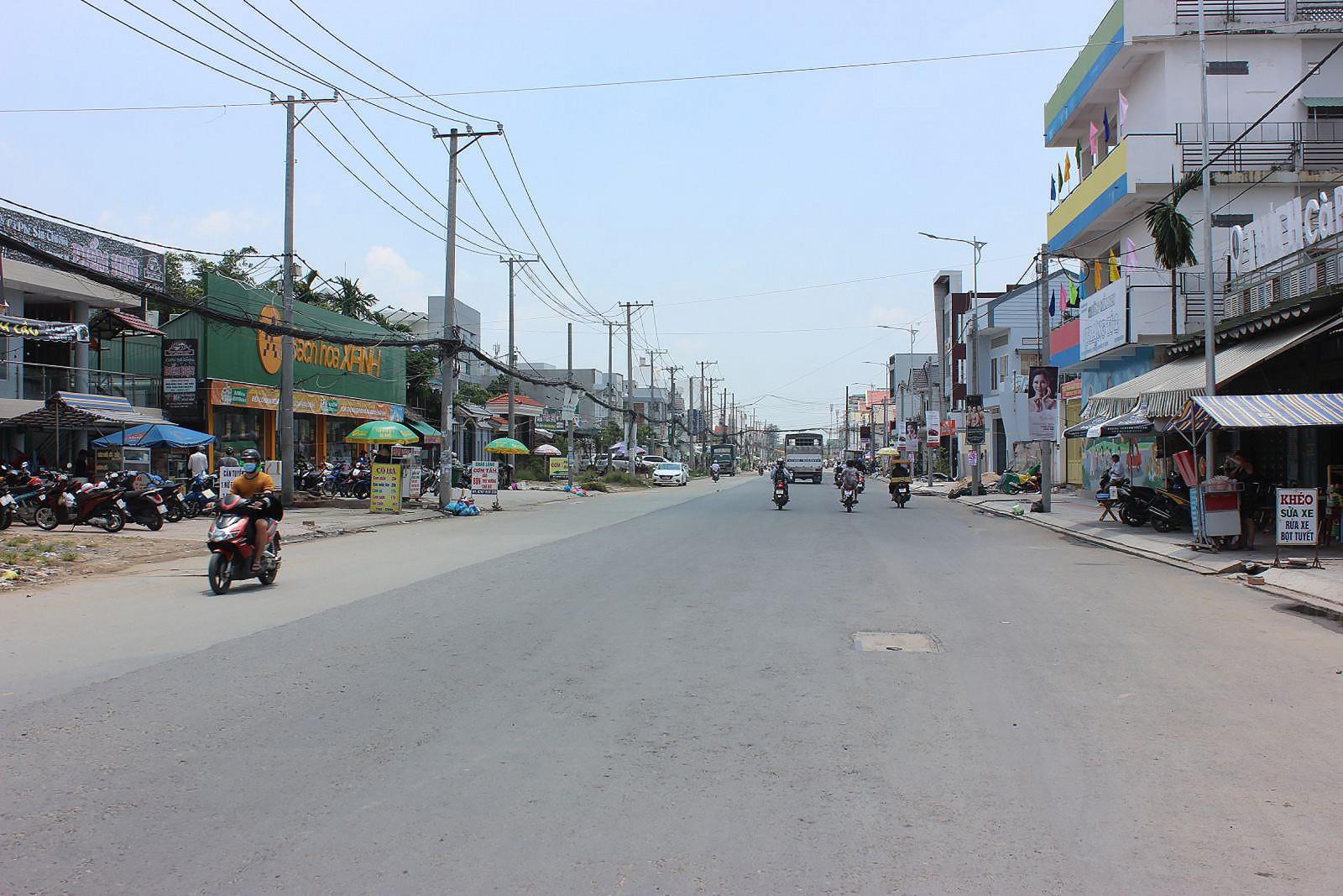 Công trình đường Trần Hoàng Na bờ Ninh Kiều dài khoảng 2,6km, đến nay tiến độ đã đạt khoảng 40%. Trong ảnh: Đoạn đường Trần Hoàng Na hiện hữu (dài khoảng 500m từ đường Tầm Vu đến đường 30-4) đã lên nhựa mặt đường.