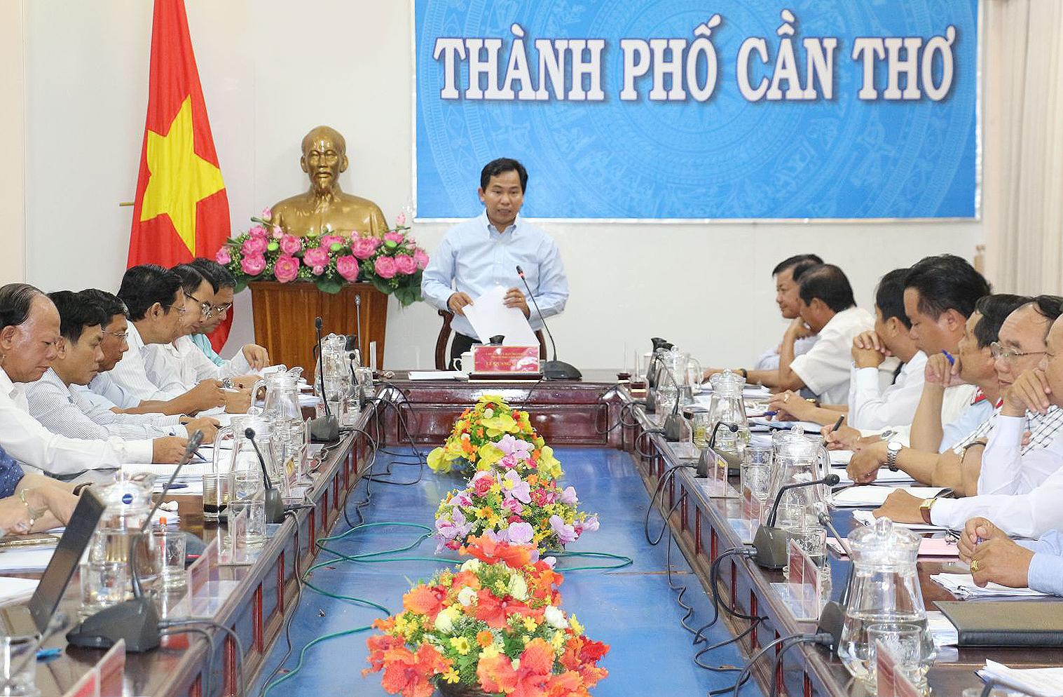 Ông Lê Quang Mạnh, Chủ tịch UBND thành phố chỉ đạo cuộc họp. Ảnh: Nam Hương