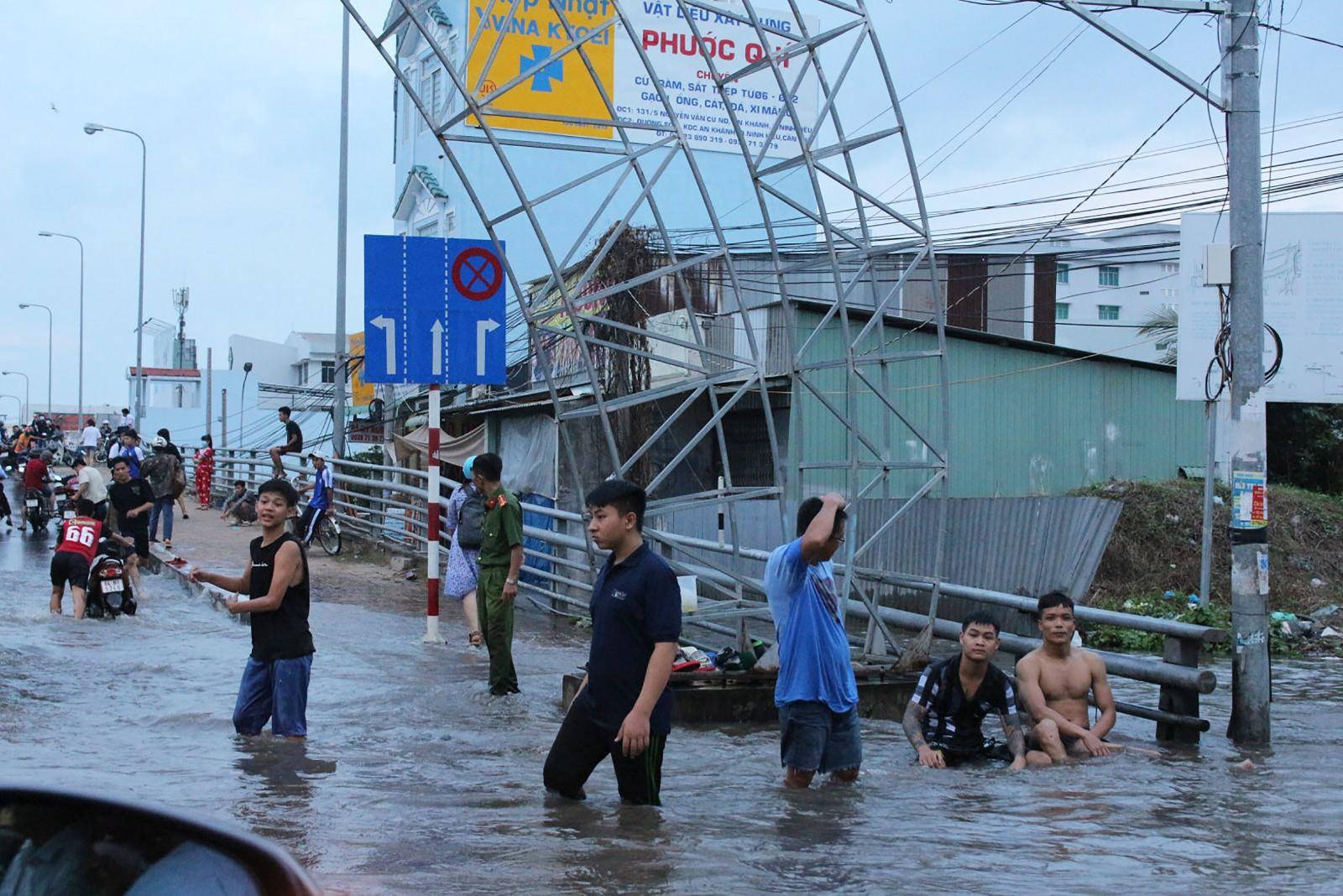 Ngườn dân quận Ninh Kiều hỗ trợ hướng dẫn giao thông và ứng cứu phương tiện giao thông bị chết máy.