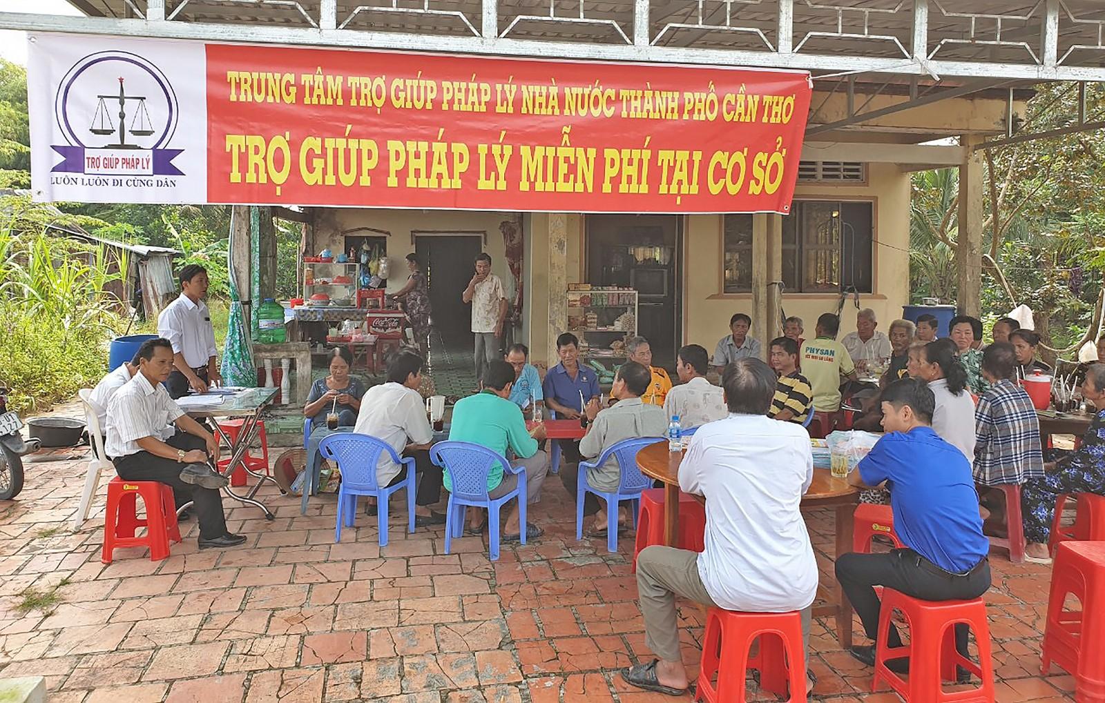 Buổi TGPL ngoài trụ sở được tổ chức tại xã Định Môn.