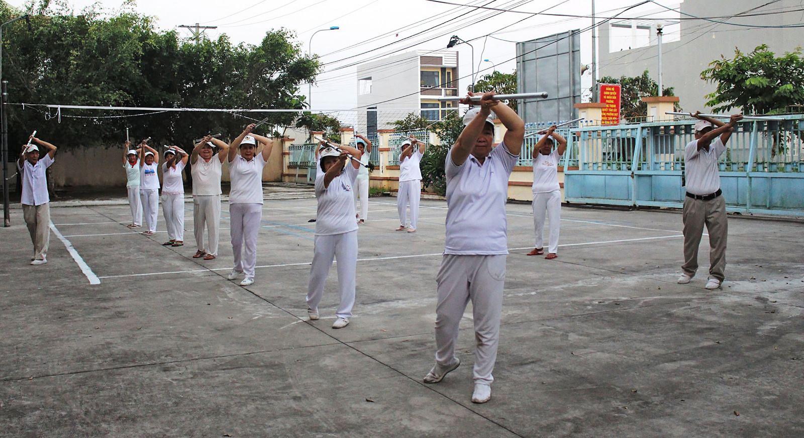 Các thành viên câu lạc bộ dưỡng sinh phường Hưng Thạnh duy trì tốt việc tập luyện, nâng cao sức khỏe.