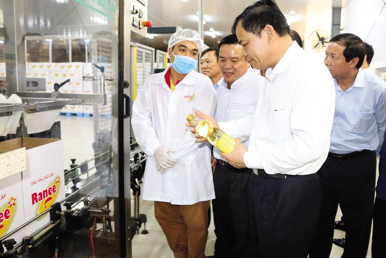 Bộ trưởng Bộ NN&PTNT Nguyễn Xuân Cường thăm Nhà máy tinh luyện dầu ăn Ranee.