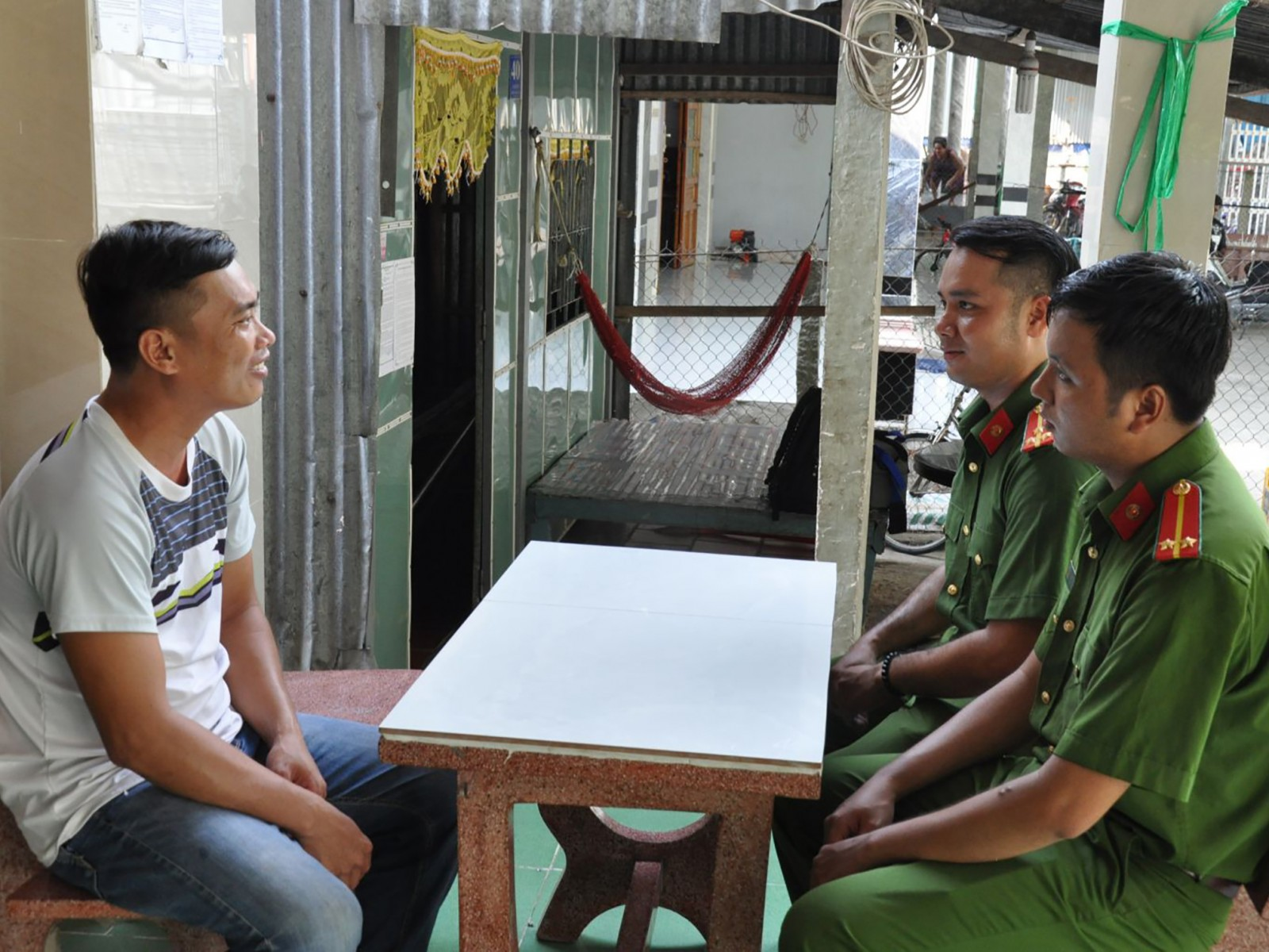 Đại úy Thạch Bình (thứ 2 từ phải qua) thường xuyên thăm hỏi, động viên Đoàn Văn Cư, ở ấp Thới Thuận chí thú làm ăn.