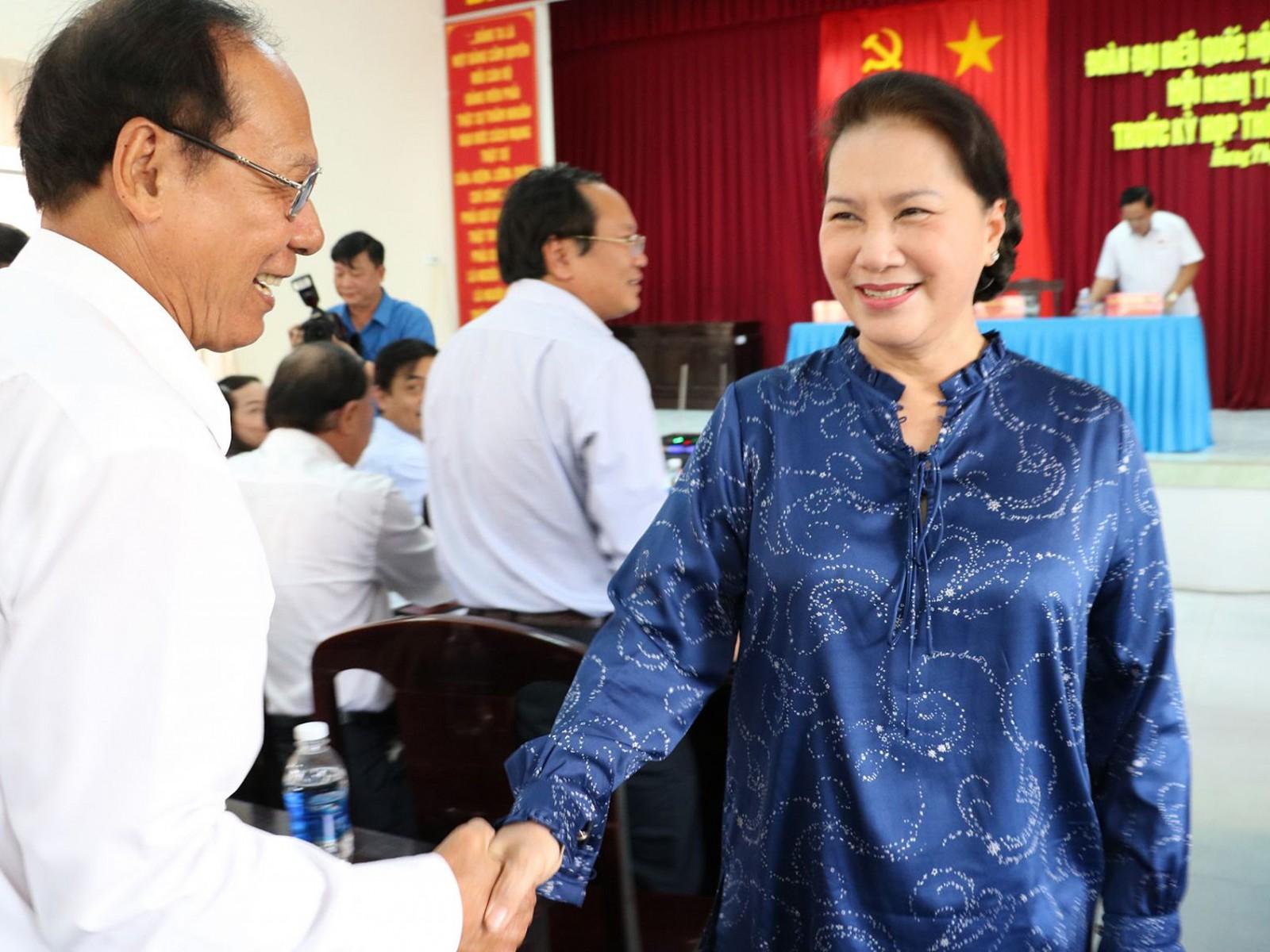 Chủ tịch Quốc hội Nguyễn Thị Kim Ngân thăm hỏi sức khỏe cử tri phường Hưng Thạnh, quận Cái Răng.