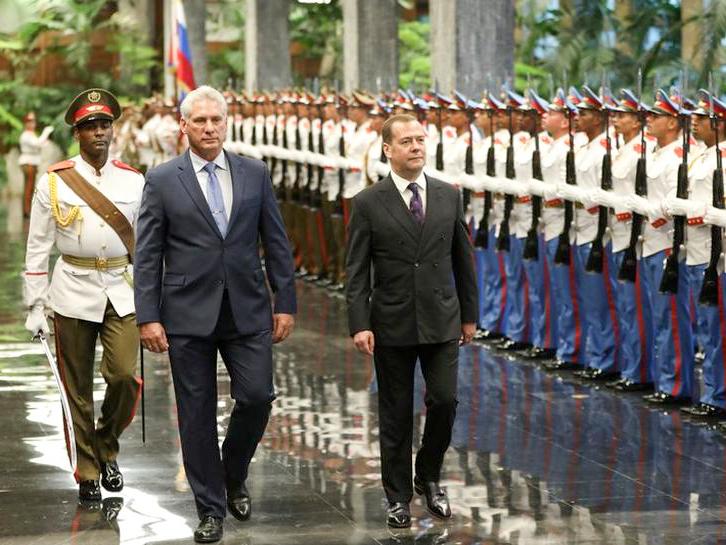 Chủ tịch Cuba Diaz-Canel (trái) và Thủ tướng Nga Medvedev duyệt đội danh dự. Ảnh: Reuters