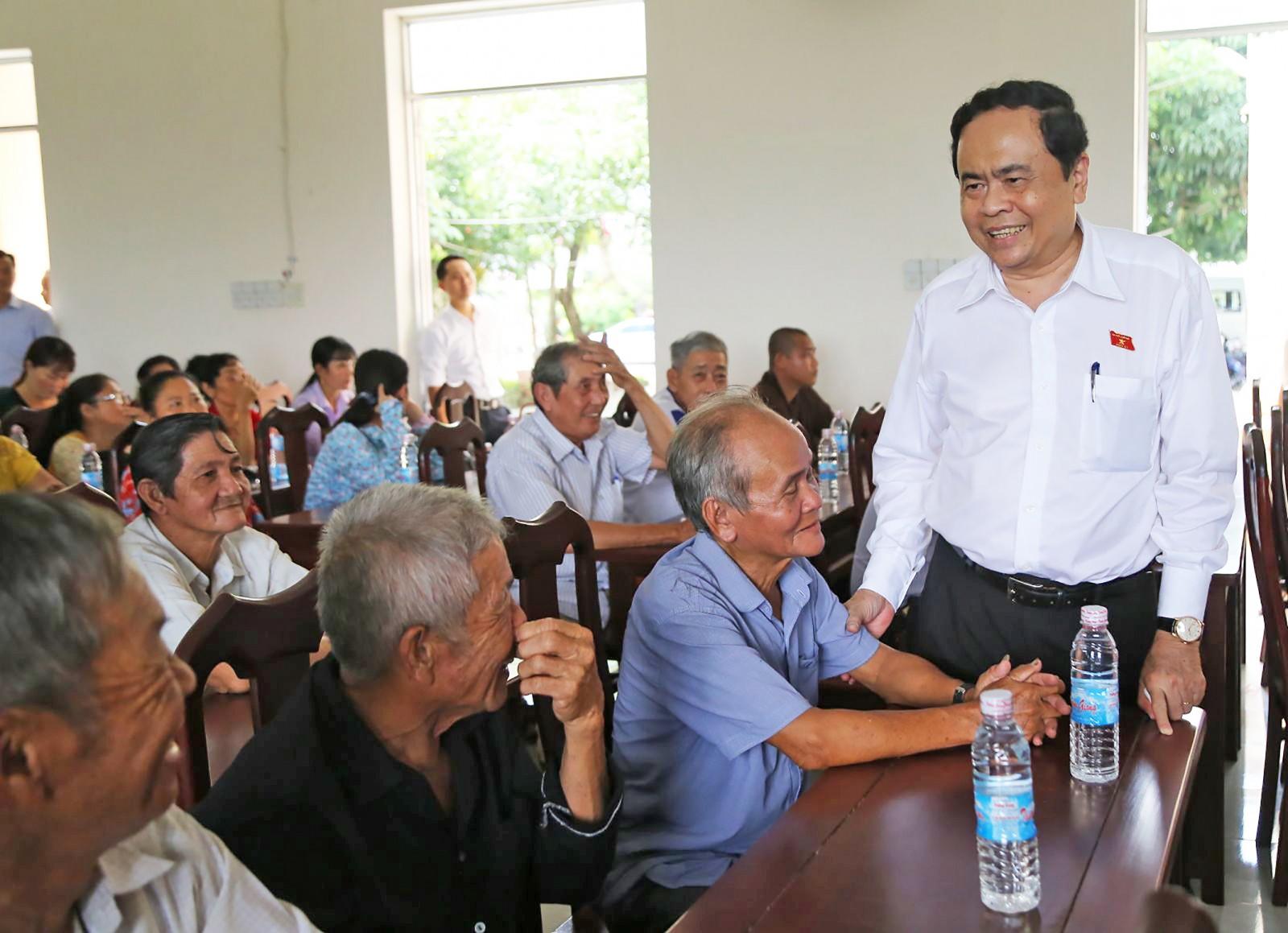 Ông Trần Thanh Mẫn, Bí thư Trung ương Đảng, Chủ tịch Ủy ban Trung ương MTTQVN  gặp gỡ, thăm hỏi cử tri xã Trung Thạnh. Ảnh: THANH THƯ