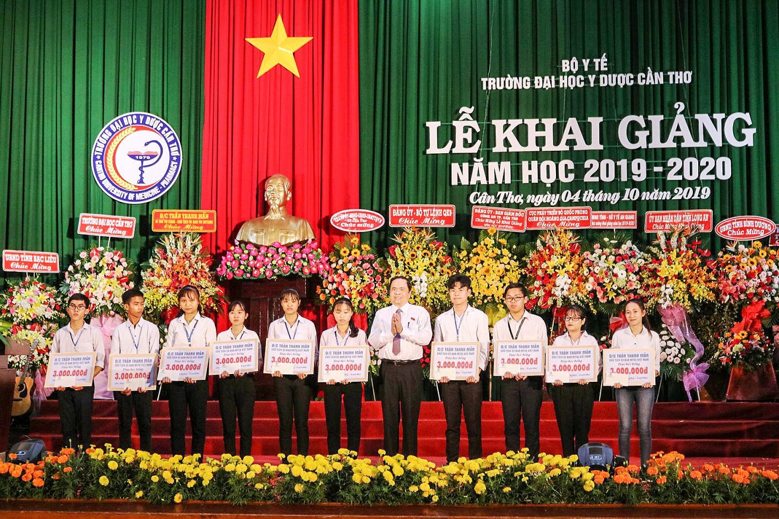 Đồng chí Trần Thanh Mẫn, Bí thư Trung ương Đảng, Chủ tịch Ủy ban Trung ương MTTQVN trao học bổng cho sinh viên vượt khó, học tốt.