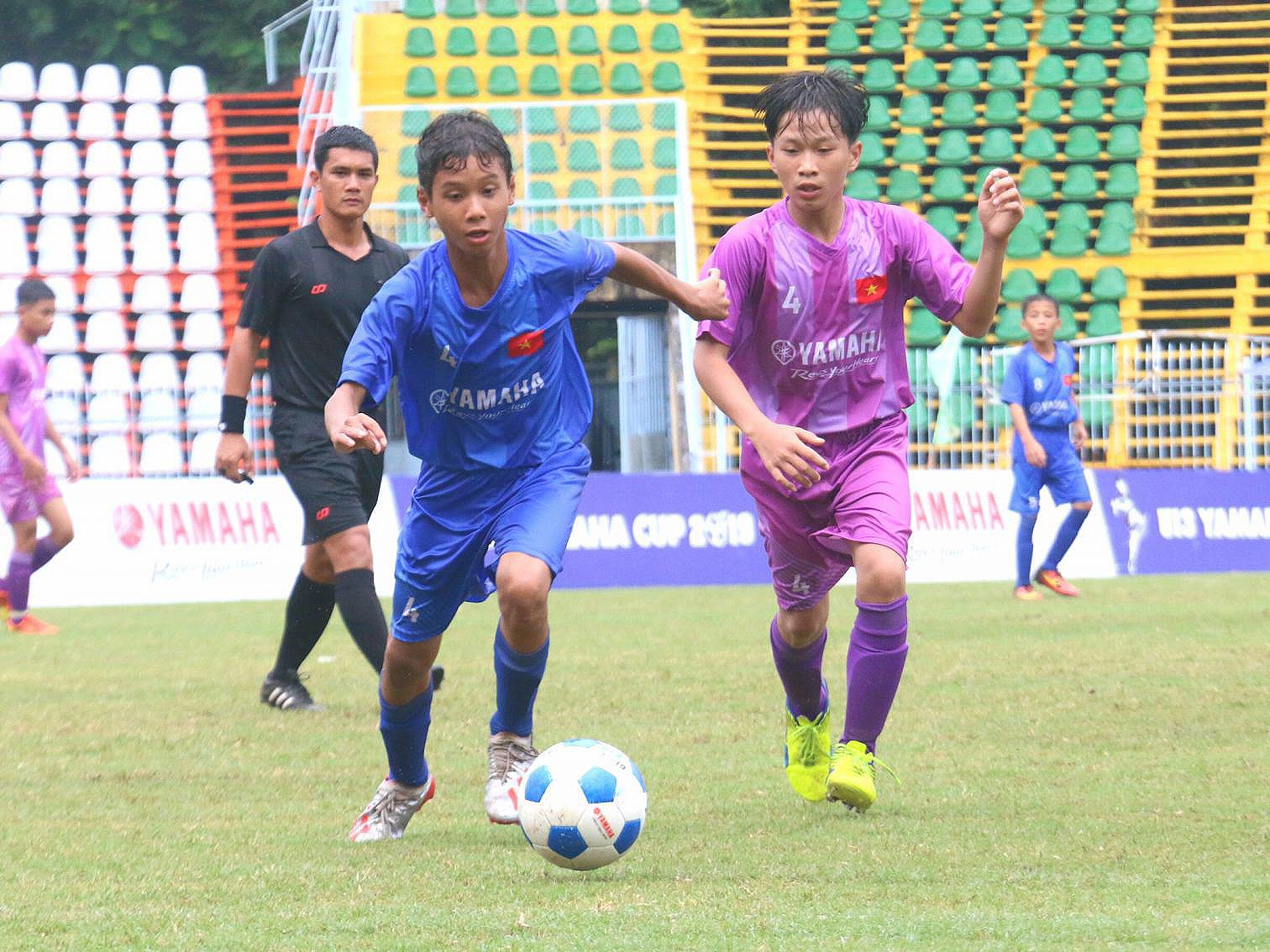 Các cầu thủ U13  Cần Thơ (đang dẫn bóng) trong trận tranh hạng Ba với U13 Hùng Nguyễn FC - Gia Lai.