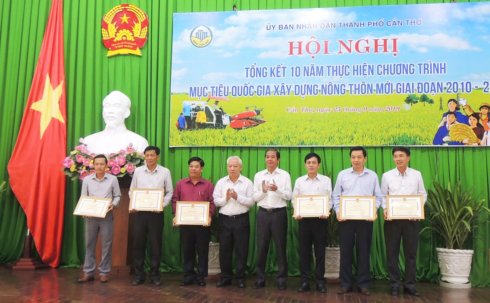 UBND TP Cần Thơ tặng Bằng khen cho các tập thể có đóng góp xuất sắc cho phong trào XDNTM của thành phố 10 năm qua.