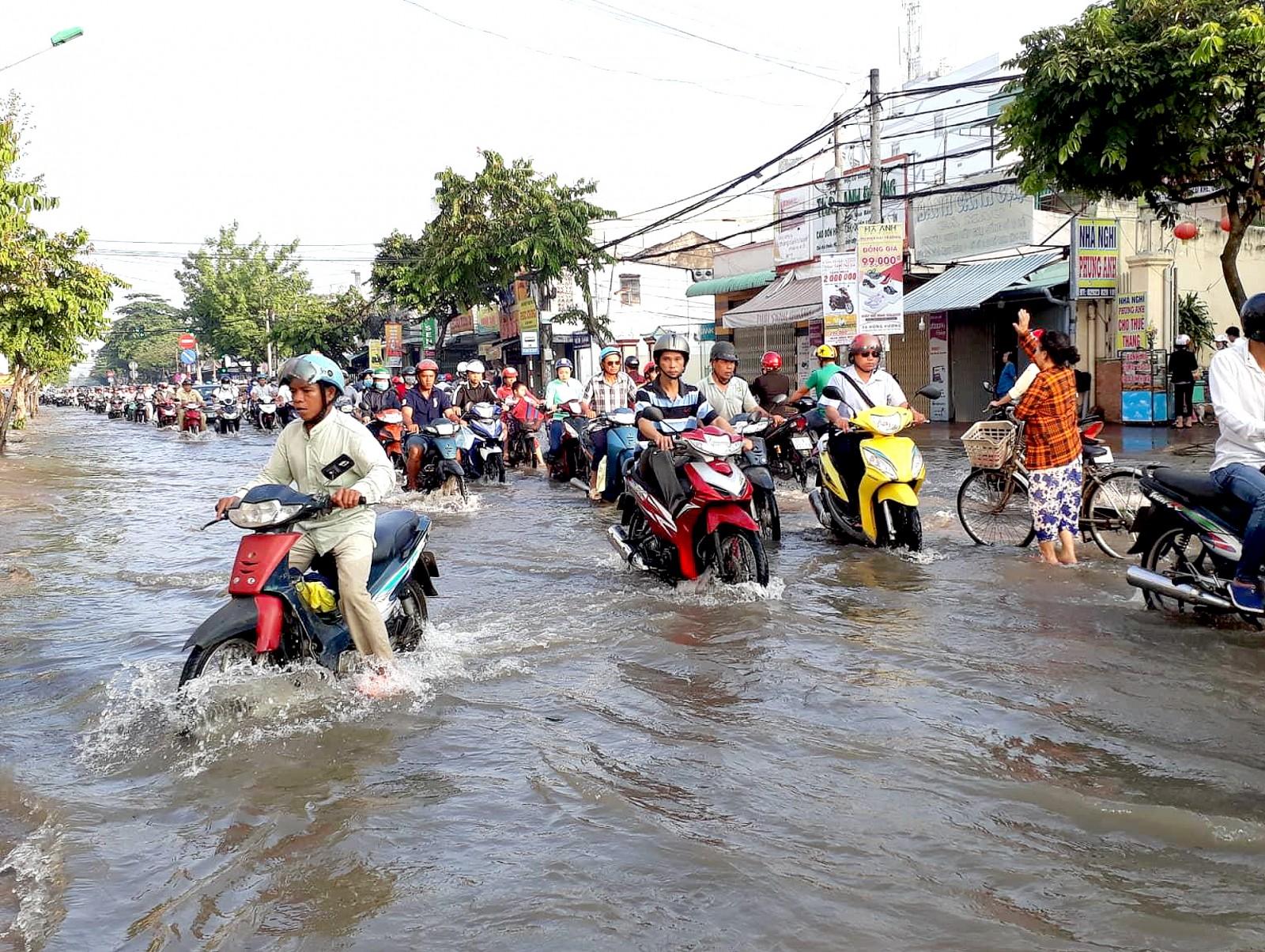 Nhiều tuyến đường nội ô TP Cần Thơ chìm trong nước đợt cuối tháng 8 âm lịch.