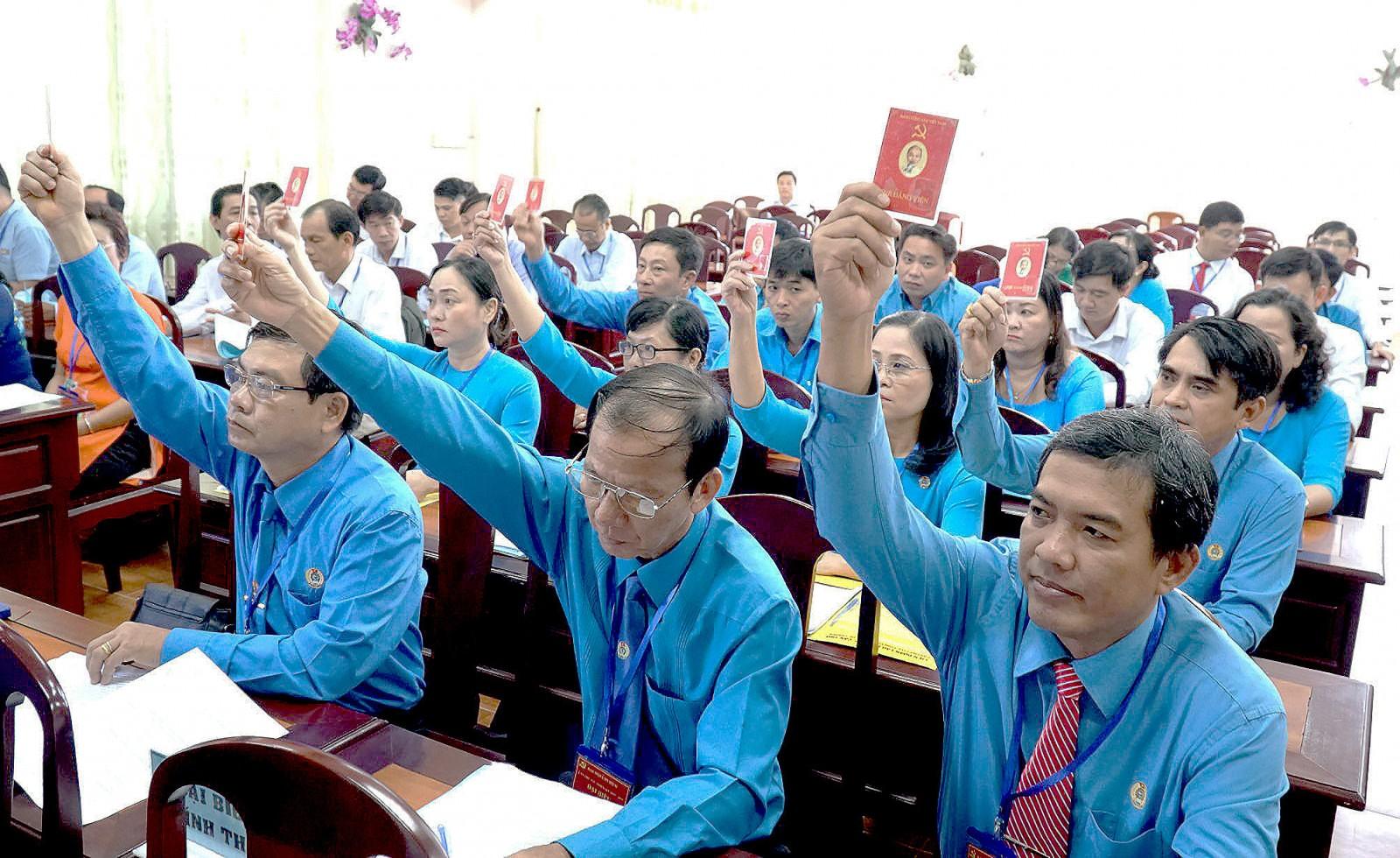Đảng viên Chi bộ 2, Đảng bộ Liên đoàn Lao động thành phố biểu quyết thông qua Nghị quyết Đại hội.