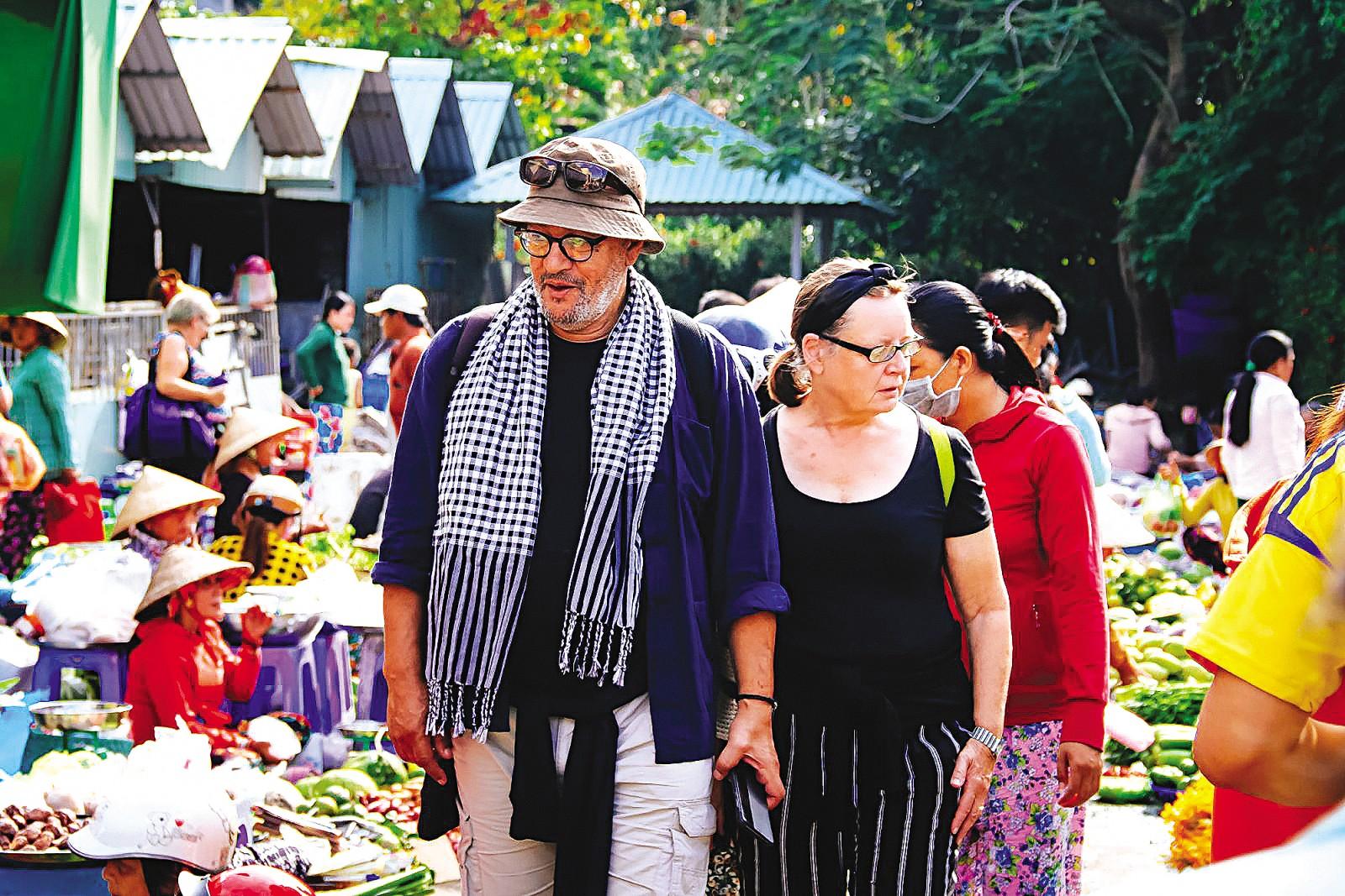 Cần Thơ được rất đông du khách quốc tế lựa chọn trải nghiệm, tham quan. Trong ảnh: Khách nước ngoài tham quan chợ An Bình, quận Ninh Kiều.