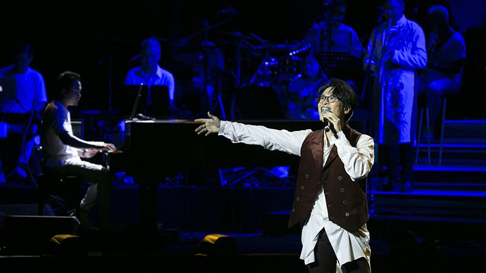 Ca sĩ Hà Anh Tuấn vừa thắng lớn với chuỗi liveshow tổ chức tại nhiều địa phương trong cả nước. Trong ảnh: Hà Anh Tuấn biểu diễn tại Hội An. Ảnh: truyenhinhthanhhoa.vn